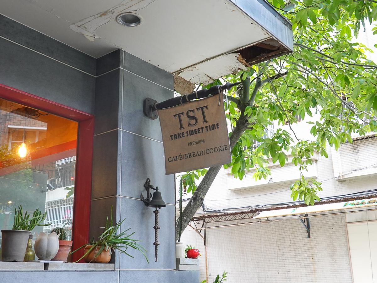 [高雄]TST-高雄文化中心周邊~超人氣工業風高雄麵包店!魔力紅指定肉桂捲x神好吃吐司 @美食好芃友