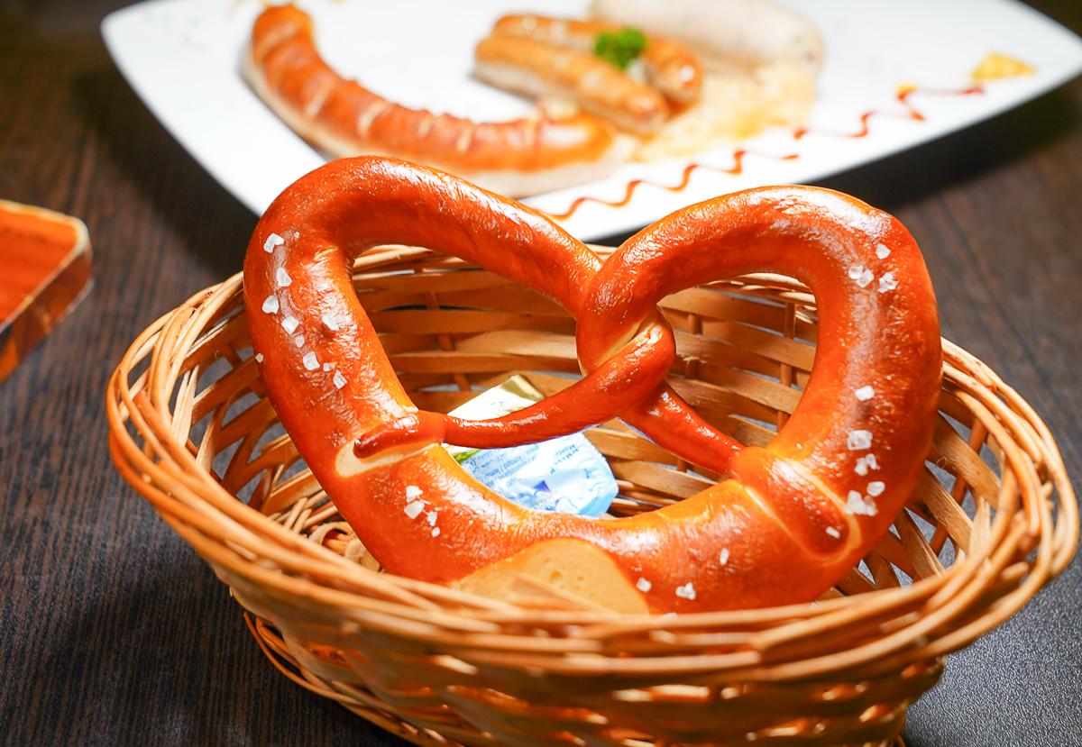 [高雄左營美食]德意所德式小館-高雄道地德式料理!不訂吃不到的超酥脆德國豬腳 @美食好芃友