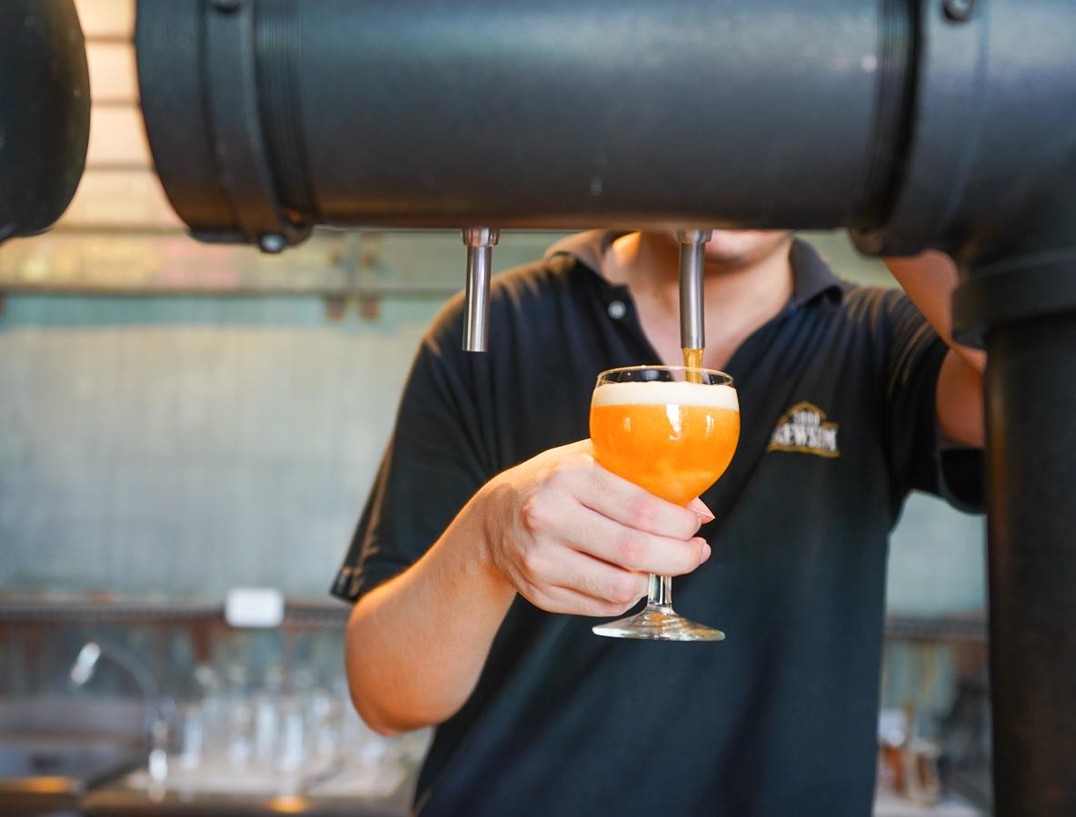 [墾丁景點推薦]恆春3000啤酒博物館-博物館喝啤酒!?全球酒標拼成的蒙娜麗莎打卡牆! @美食好芃友