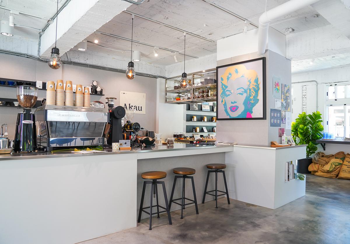 [屏東職人町美食]Akau Coffee 猻物咖啡-北歐工業風咖啡店~來杯單品x神好吃可麗露吧 @美食好芃友