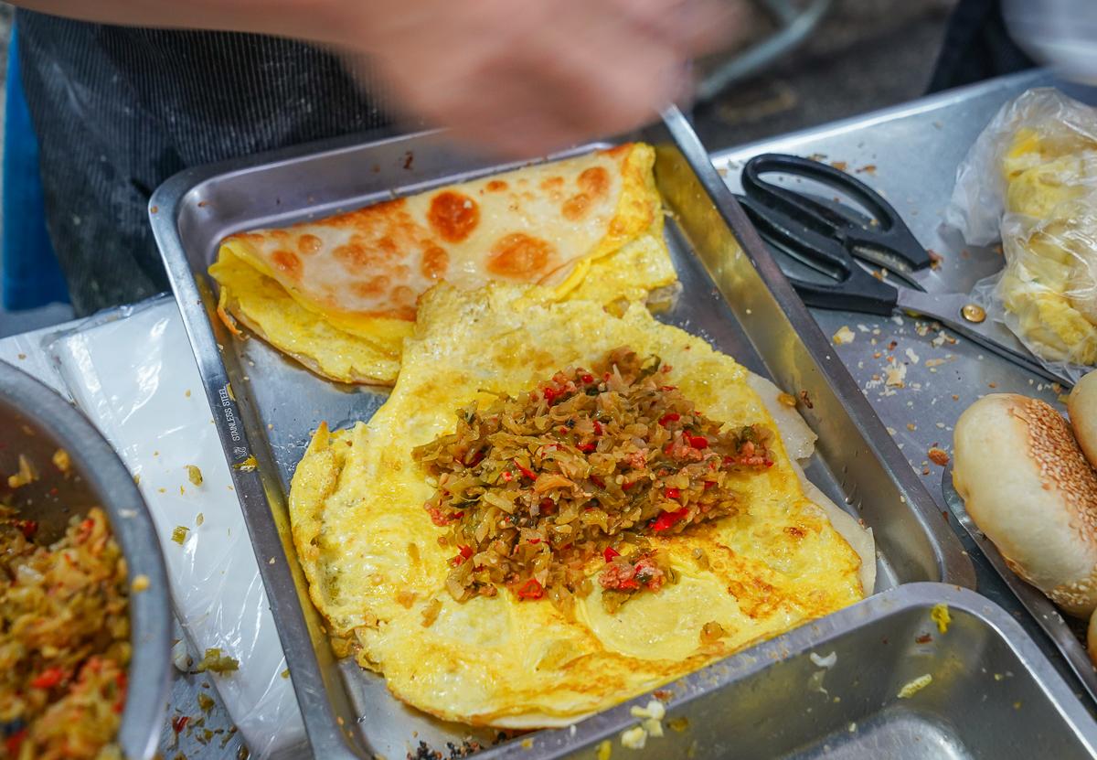 [左營果貿美食]美紅豆漿-超厲害辣酸菜!必吃燒餅夾酸菜~人氣排隊果貿早餐 @美食好芃友