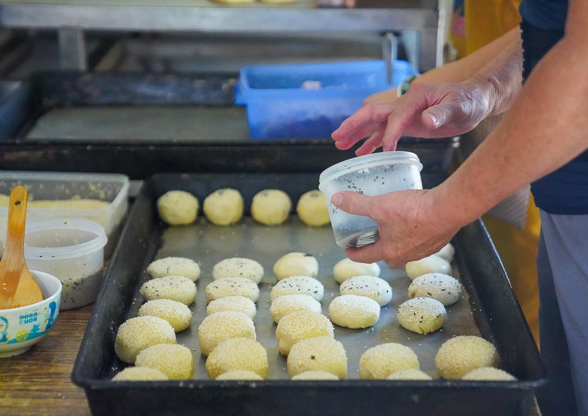 [左營美食推薦]左營黃橋燒餅-眷村老店外省燒餅!必吃芝麻滿滿香蔥大餅~ @美食好芃友