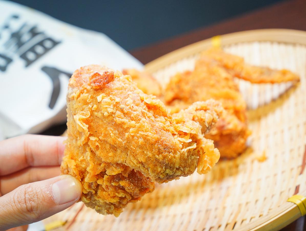 [三多商圈美食]卡滋嗑炸雞三多店-不輸速食連鎖店的脆皮炸雞!隱藏版雞皮必點 @美食好芃友