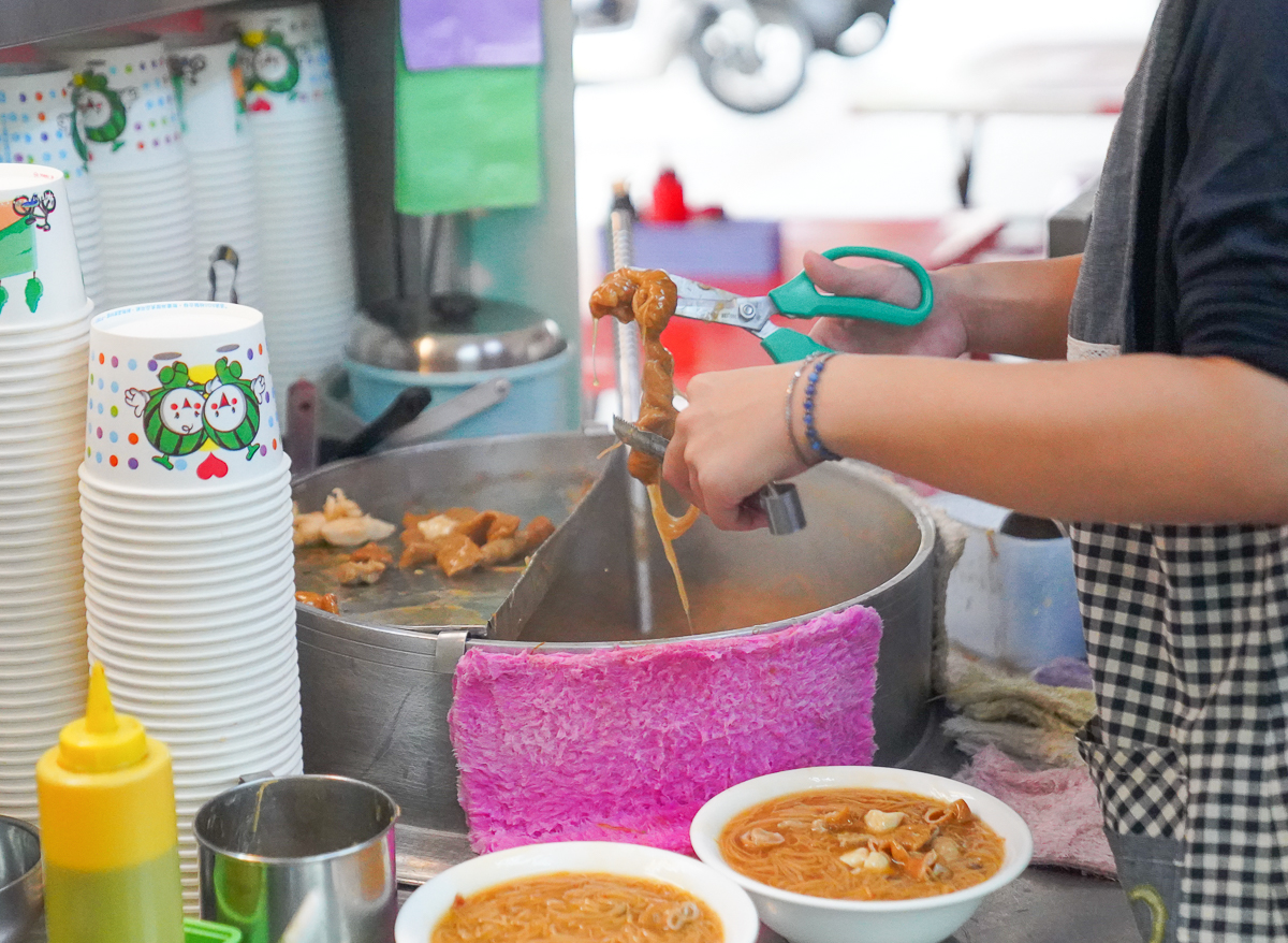 [左營美食推薦]龍華市場紅麵線-高人氣料多多高雄手工麵線!超特別麵線煮大腸~ @美食好芃友