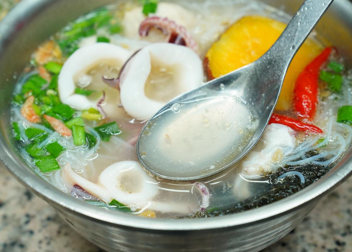 [花蓮美食]單一純賣雞湯小卷米粉-誇張美味花蓮小吃!平價且免費加湯加米粉 @美食好芃友