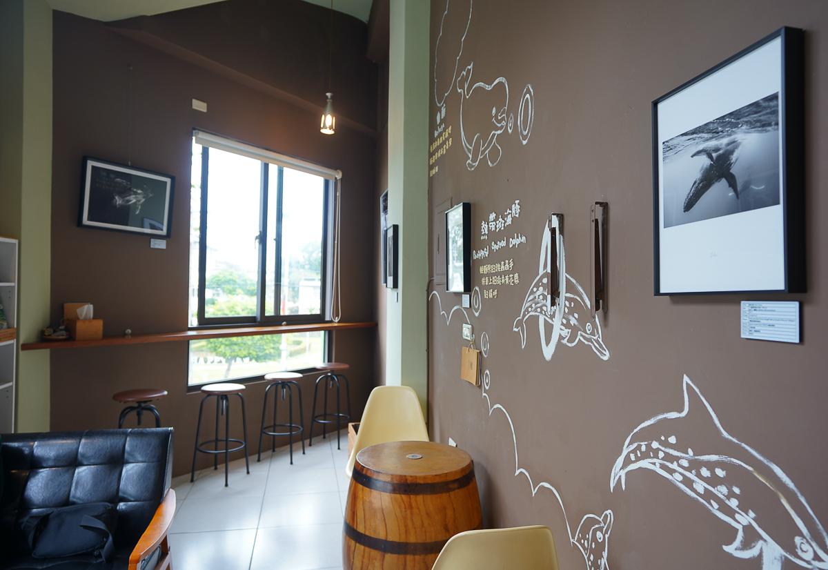 [花蓮美食]黑鯨咖啡館-咖啡店賣鯨魚造型雞蛋糕!?離車站不遠的特色花蓮咖啡館 @美食好芃友