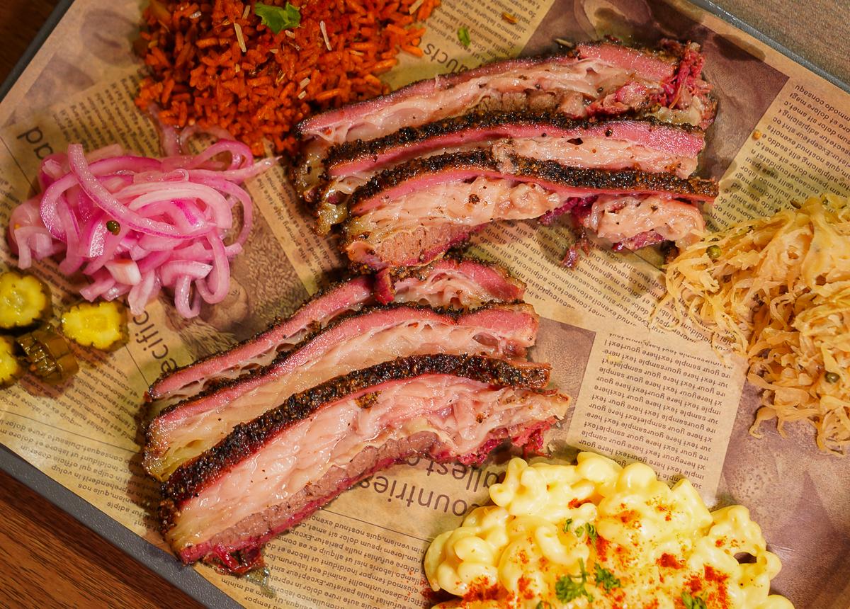 [高雄駁二美食]HOT BOX Barbecue-入口即化銷魂燻烤牛胸肉~攤車賣到店面的厲害美式烤肉 @美食好芃友