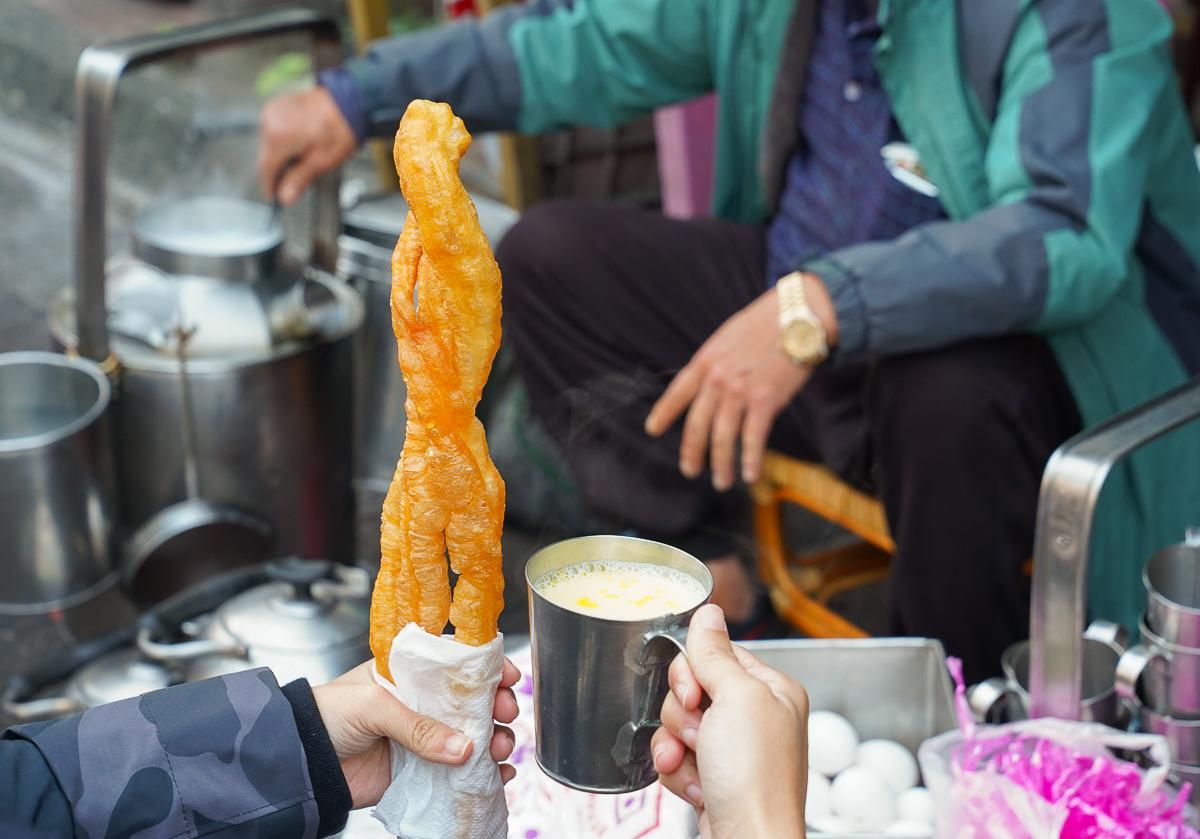 [嘉義美食]嘉義碳燒杏仁茶-必吃路邊嘉義早餐!近90年碳燒杏仁茶+油條古早味 @美食好芃友