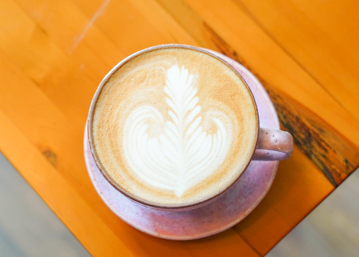 [高雄咖啡推薦]沁馣Hay un café-馤咖啡二店~藏在老宅的迷人復古空間 @美食好芃友