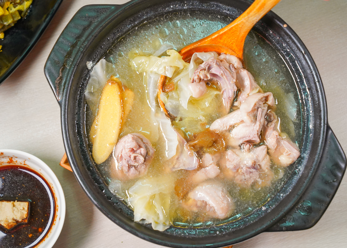 [高雄土雞鍋推薦]食家個人土雞鍋-超開胃好喝梅子雞湯x鳳梨苦瓜雞湯!人氣華榮路美食小吃 @美食好芃友