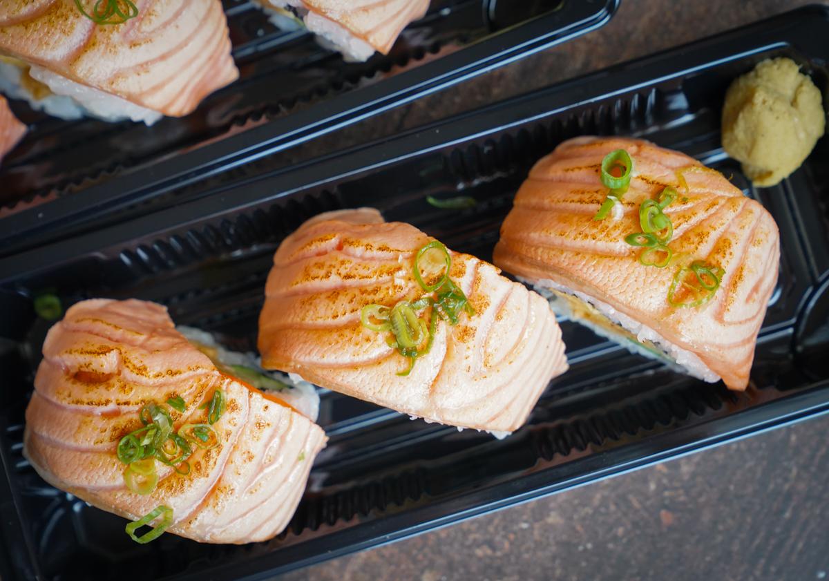 [高雄日式料理]梨壽司-岡山巷弄隱藏版~超美味外帶烤牛舌便當x炙燒鮭魚捲壽司 @美食好芃友