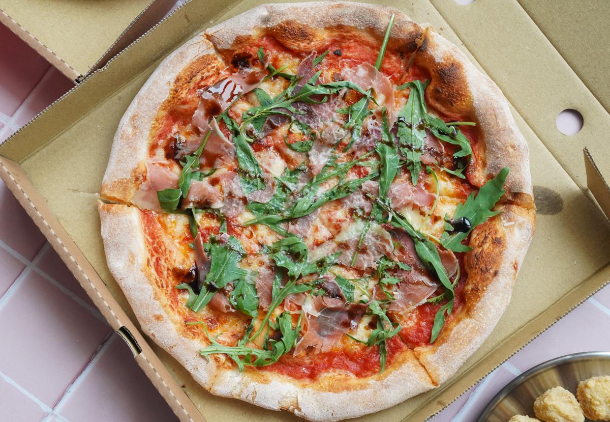 [高雄披薩推薦]老派披薩-就愛拿坡里窯烤披薩迷人餅皮!小巷中的人氣店 @美食好芃友