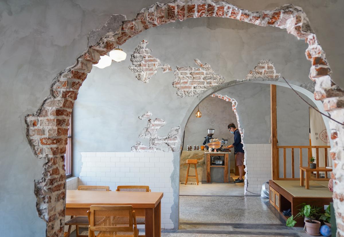 [高雄咖啡推薦]若生靜巷-前鎮台電宿舍改造咖啡館~超獨特洞穴風老屋紅磚牆 @美食好芃友