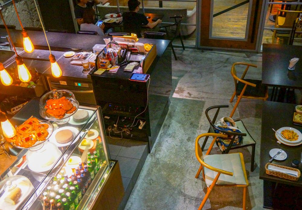 [高雄]Andy'z Café-大口咬揪吸牛肉堡X賞運河美景 高雄夢時代美食推薦 @美食好芃友