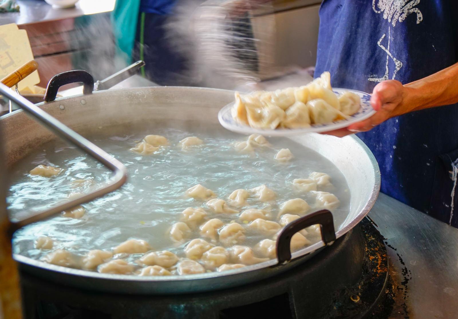 [台南]水餃之家-一顆4塊好吃手工水餃x俗擱大碗乾麵 台南老字號 台南水餃推薦 @美食好芃友