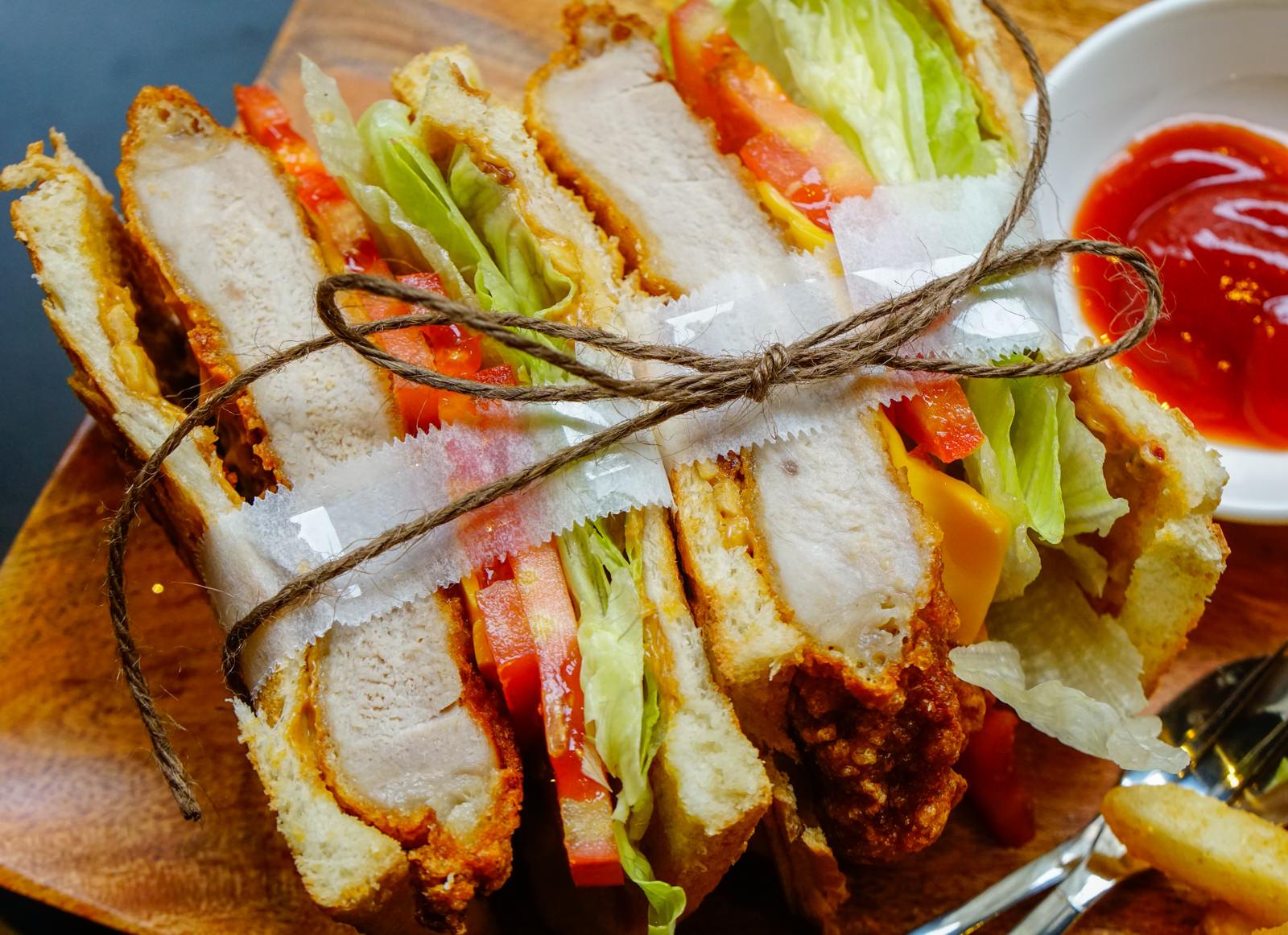 [高雄]花拾間咖啡廚房-飽足豬排三明治x美味家常味簡餐 充滿藝術氣息的咖啡店 高雄簡餐推薦 @美食好芃友