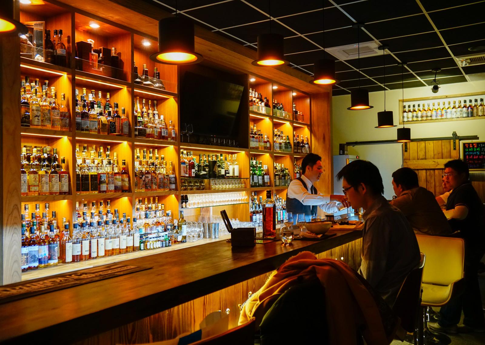 [高雄]醉俠威士忌酒館The Drunken Master BAR-外國人也愛!酒館隱藏版花雕雞麵 高雄威士忌酒館推薦 @美食好芃友