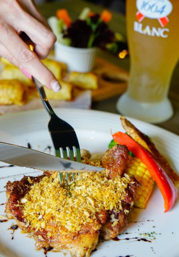 [高雄]5號後院Le patio cafe-外國人也愛的浪漫庭院晚餐! 微醺小酌吃肋排啃雞翅 高雄美術館餐廳推薦 @美食好芃友