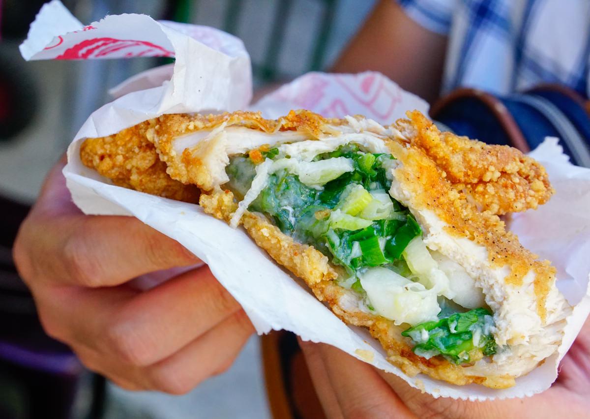 [高雄]陳記鹹酥雞(光華店)-包入滿滿三星蔥和干貝的超大雞排!? 爆漿明太子起司雞排也好威! 巷弄美食必吃 高雄雞排推薦 @美食好芃友