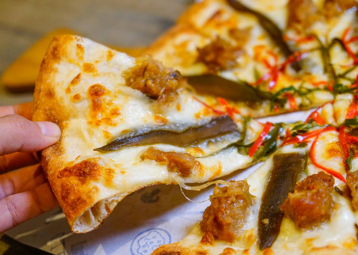 [高雄]Pizza Factory披薩工廠(高雄鳳山廠)-蔥爆量的牛肉清炒義麵x剝皮辣椒雞pizza 超潮工業風Pizza店 高雄pizza推薦 @美食好芃友