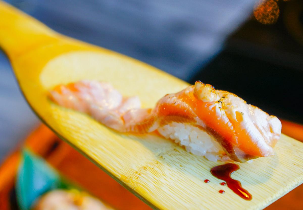 [高雄日式料理]江戶龍壽司-小船槳炙鮭魚握壽司!物超所值日式套餐 @美食好芃友