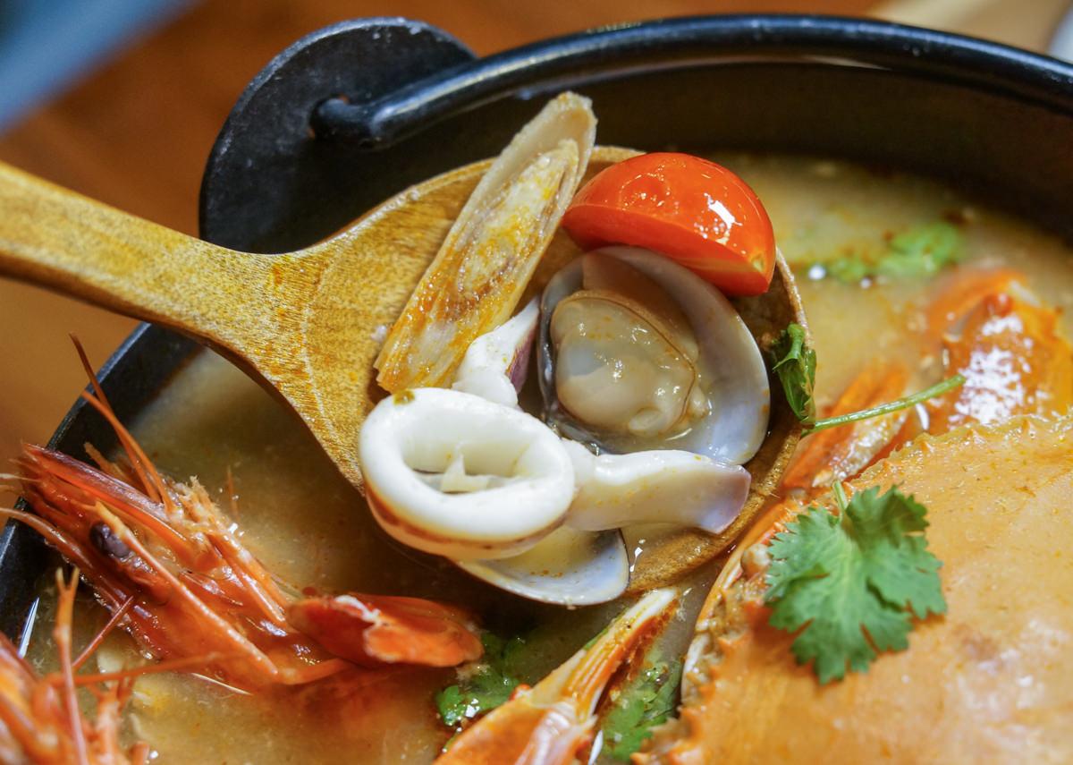 [高雄宵夜推薦]小義樓Kitchen-新推出!暖呼呼泰式螃蟹鍋~週末來聽駐唱吧! @美食好芃友