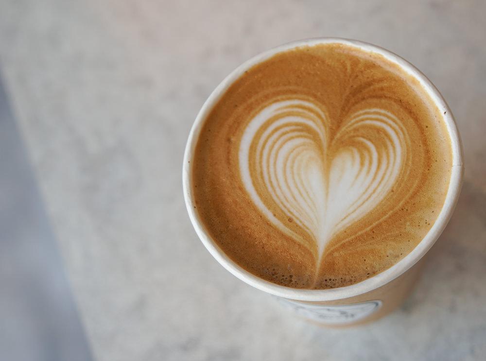 [高雄]靠杯咖啡KAO CUP COFFEE-喝咖啡邊靠杯!再配個好吃舒芙蕾鬆餅 @美食好芃友