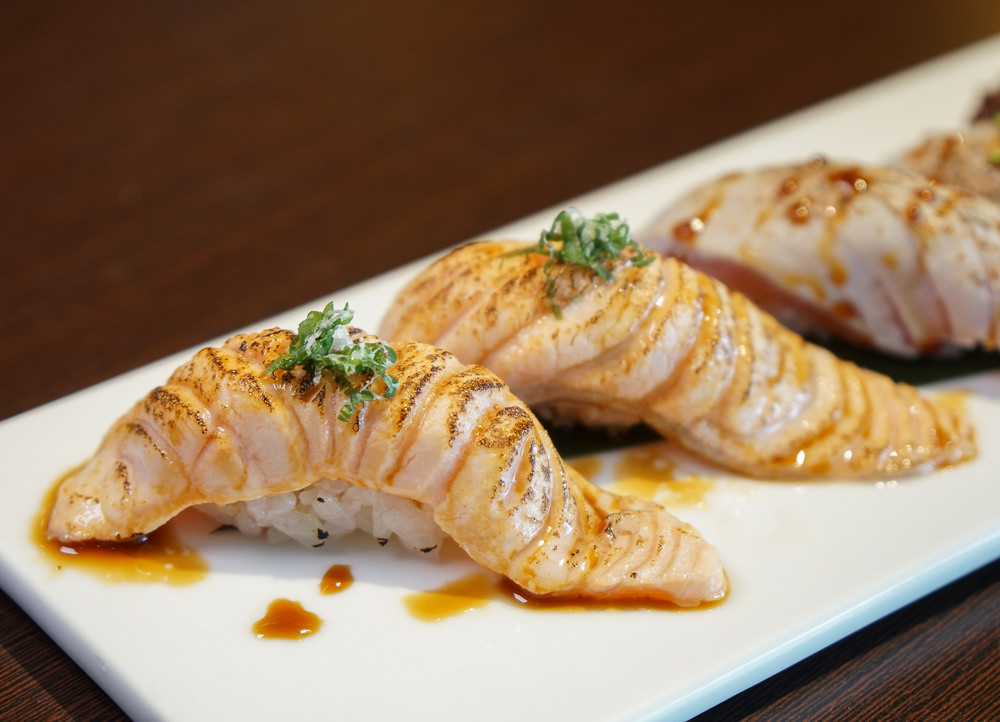 [高雄]允鶴手作壽司-豪氣鮭魚山丼飯x豪華不貴商業午餐 高雄日式料理推薦 @美食好芃友