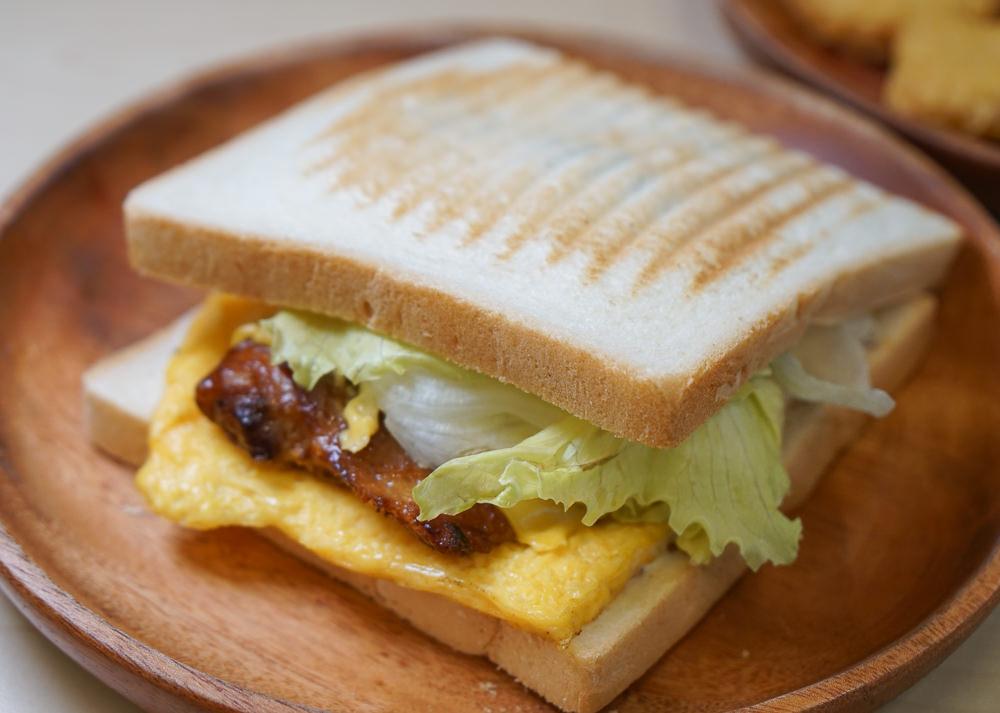 [高雄前鎮美食]早安公雞農場晨食(光華店)-超大份老麵雞腿排堡!平價滿足早午餐 @美食好芃友