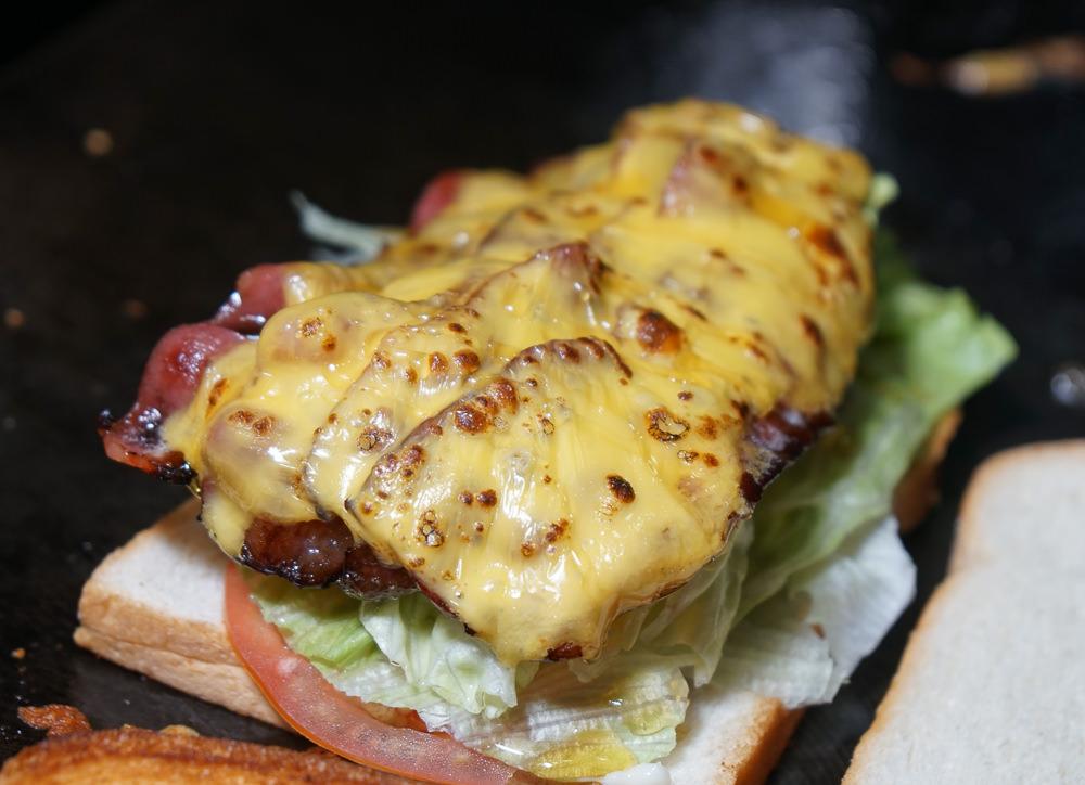 [高雄]Full Sandwich-銅板價大份量!超銷魂熱煎培根三明治!高雄趴趴走的神秘餐車 @美食好芃友