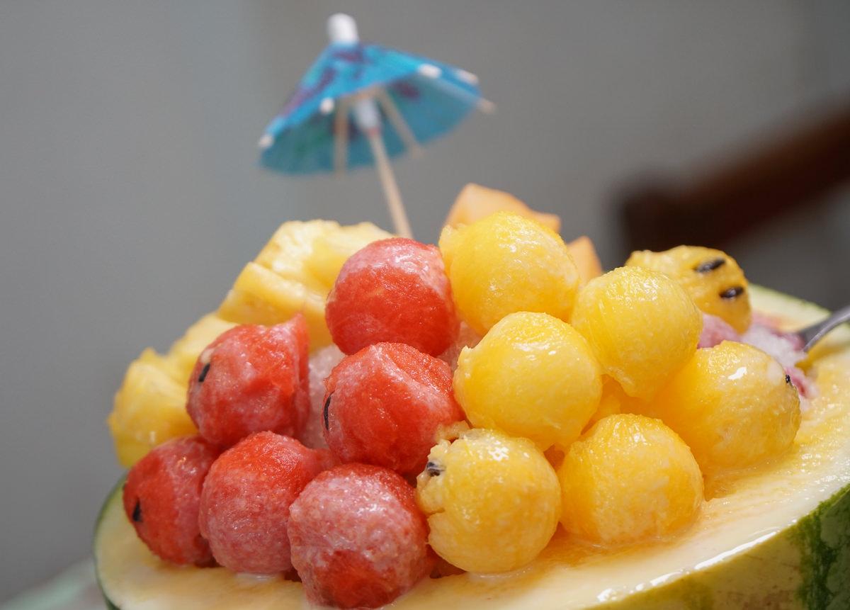 [高雄冰店推薦]小草冰吧-透心涼~水果滿出來的彩虹果果冰!誠意滿滿自製芋圓仙草冰 @美食好芃友