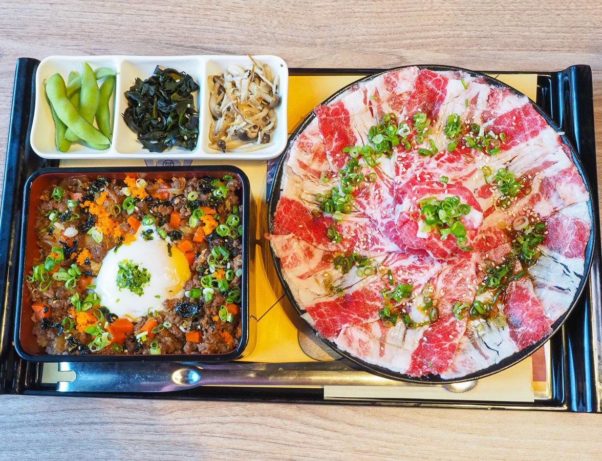 [高雄夢時代美食]大丼燒-超大燒肉盤VS.半熟蛋海鮮丼飯~每口都是大大滿足 @美食好芃友