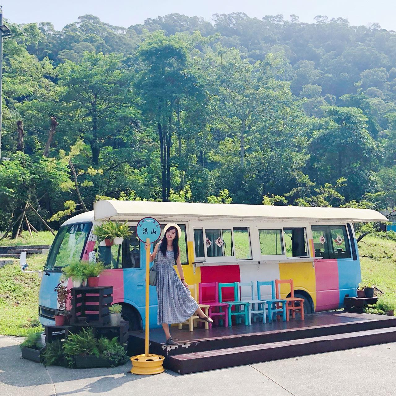 [屏東景點推薦]涼山瀑布-夢幻彩虹巴士、愛心隧道、萌萌哈比人屋~一路拍去賞瀑布 @美食好芃友