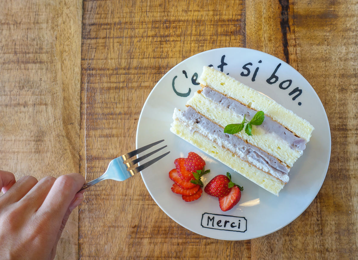 [高雄左營美食]Hoping caf'e厚皮咖啡-藍色小門後的浪漫咖啡店!超好吃限量雙層鮮芋蛋糕 @美食好芃友
