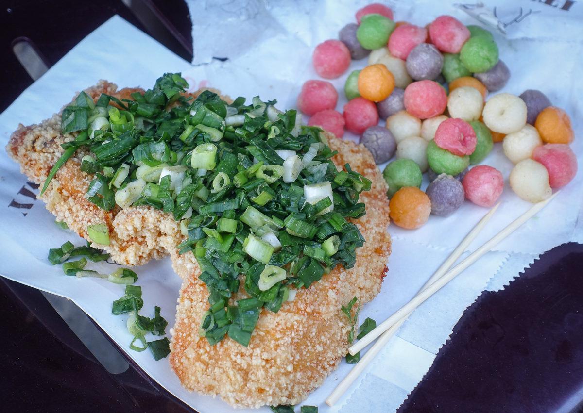 [高雄光華夜市美食]迷路炸物店-浮誇系蔥雞排~每口都吃到蔥花的大大滿足 @美食好芃友