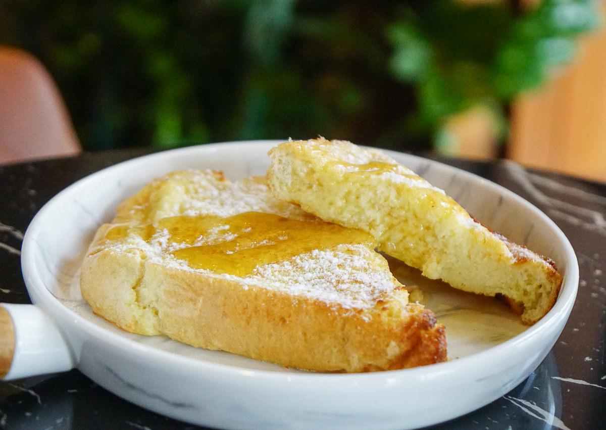 [高雄早午餐推薦]PLUSS COFFEE-高雄文山區歐式典雅咖啡廳~必吃綿軟法蘭西吐司! @美食好芃友