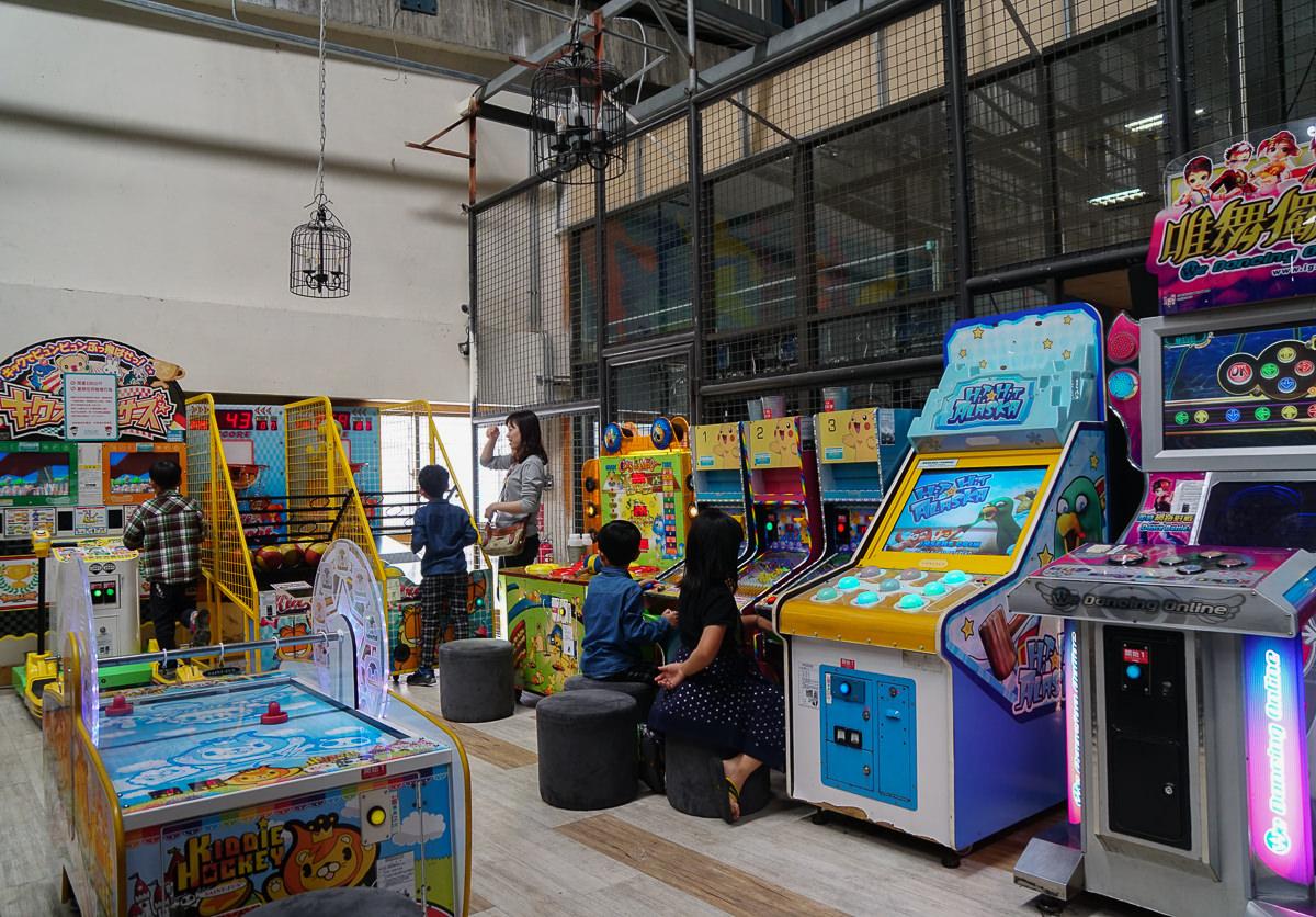 [高雄]E7Play三多館-超嗨一票玩到底~保齡球、籃球機、K歌機、飛鏢、電玩設施玩到不想走 @美食好芃友