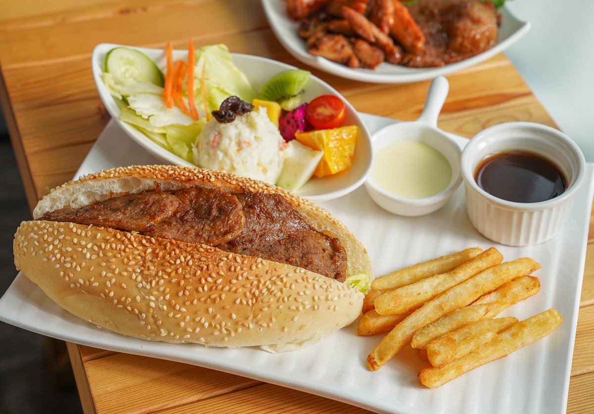 [高雄早午餐推薦]古糧碳烤三明治-超豪氣燒肉大亨堡x炭烤辣燻雞總匯!來自屏東的人氣早餐店 @美食好芃友