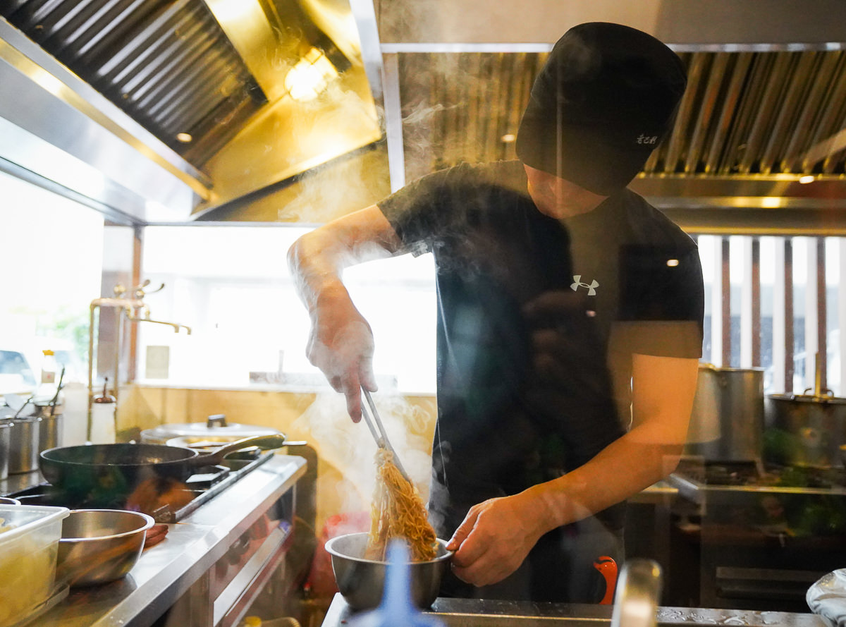 [高雄]老巴剎新加坡風味美食-超銷魂海南雞飯x南洋叻沙海鮮麵~巨蛋附近好吃不貴南洋餐廳 @美食好芃友