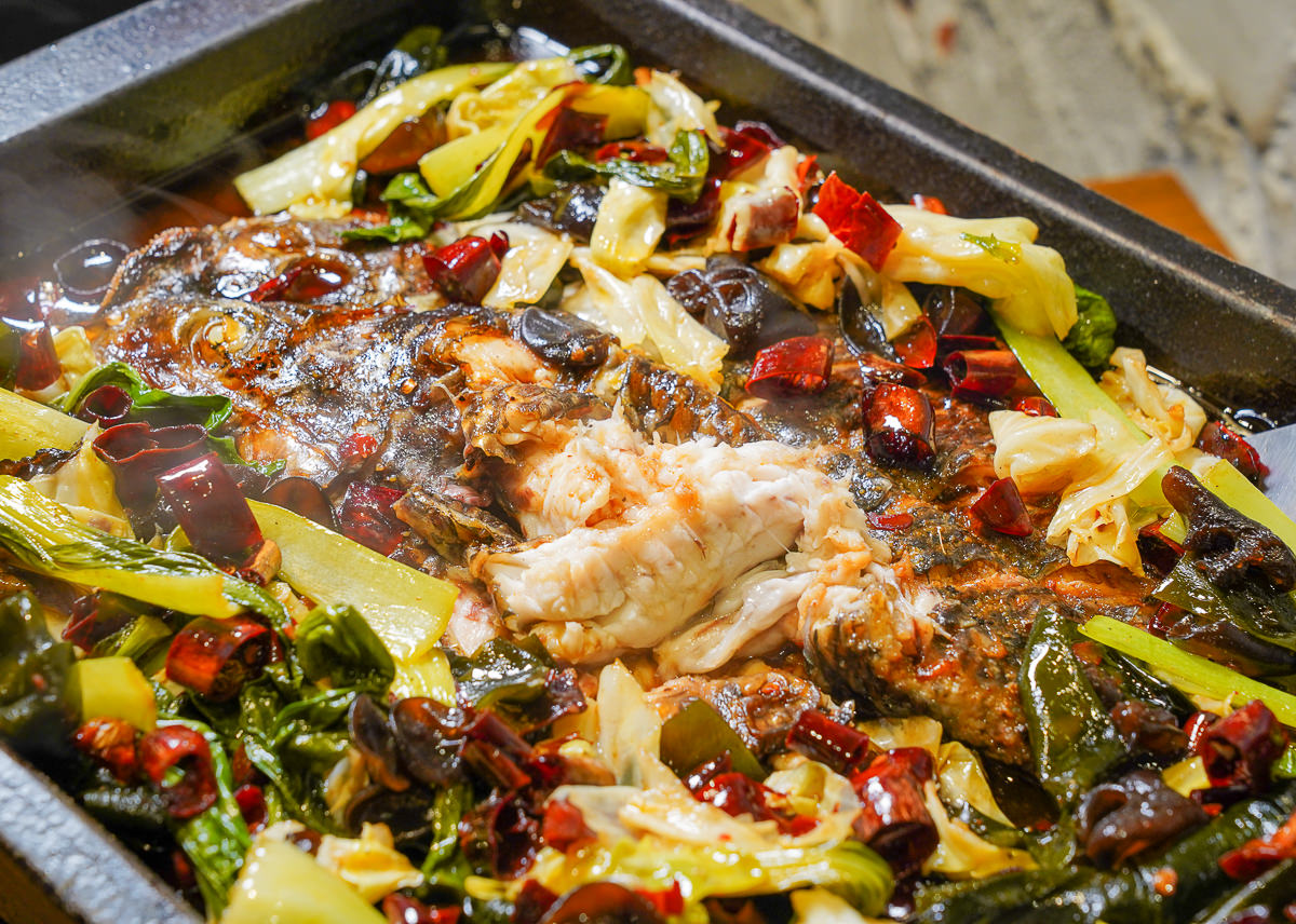 [台中綠園道美食]城裡城外巫山烤魚:道地四川烤魚~浸入魚肉的銷魂麻辣滋味 @美食好芃友