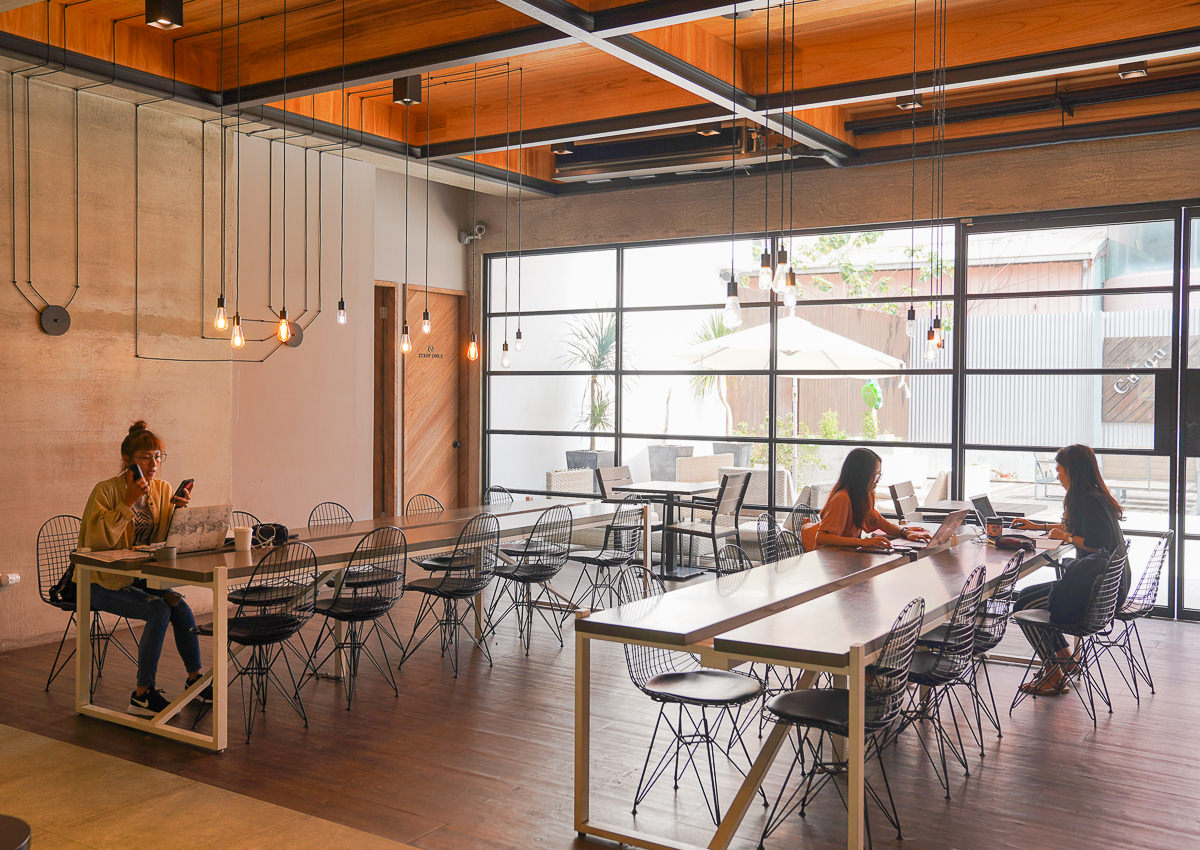 [高雄巨蛋美食]奎克咖啡博愛店-迷人純白北歐工業風咖啡廳!美味又划算的早午餐輕食 @美食好芃友