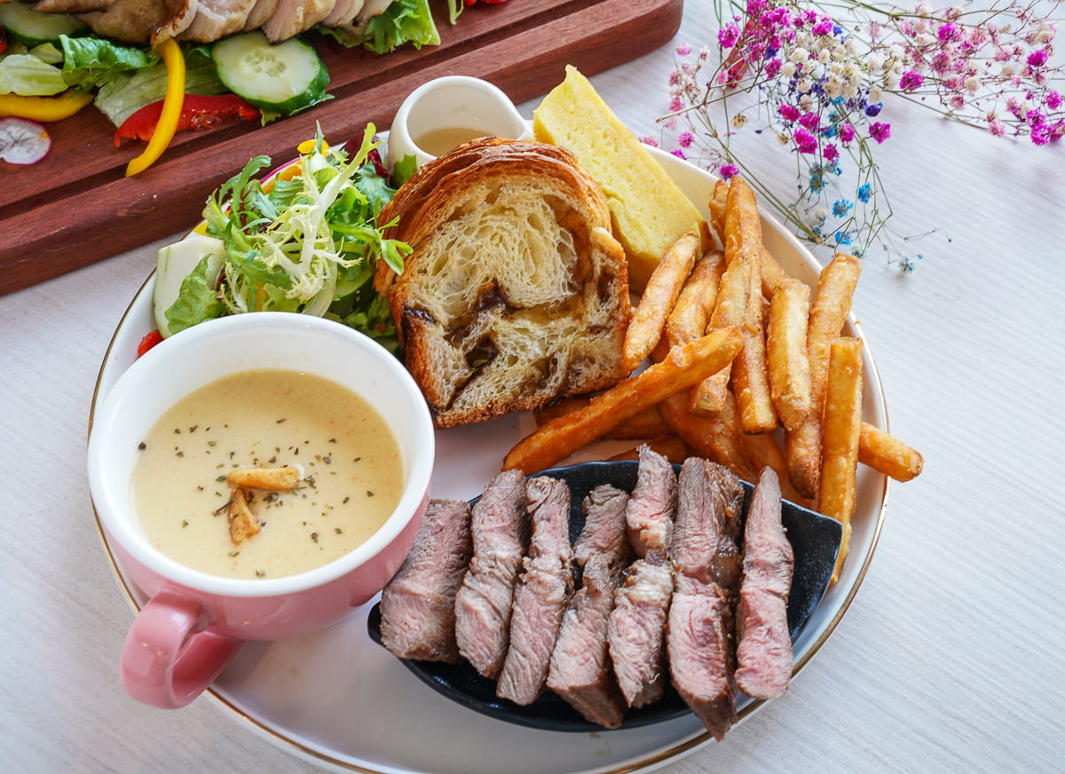 [高雄美術館餐廳]小食后Cafe-是網美餐廳也是親子餐廳~好吃好拍又有親子遊戲區 @美食好芃友
