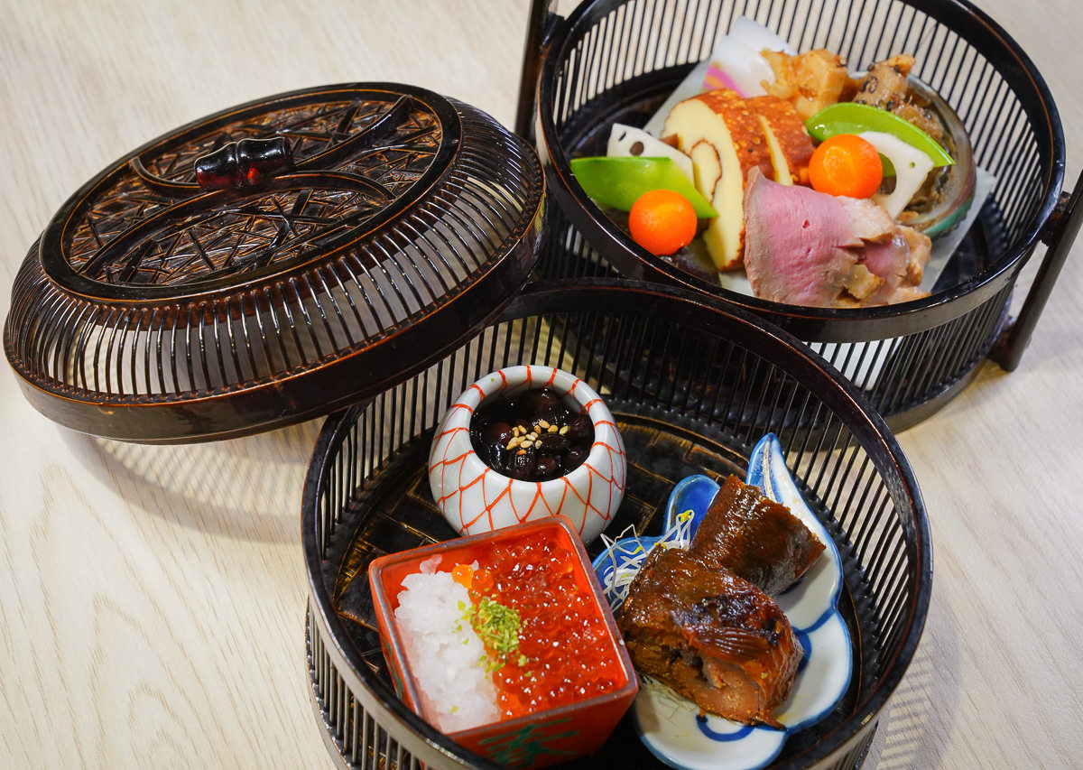 [高雄巨蛋美食]あこや太羽魚貝料理-最浮誇石狩鍋+親子丼定食!元月限定華麗日式新年小菜 @美食好芃友
