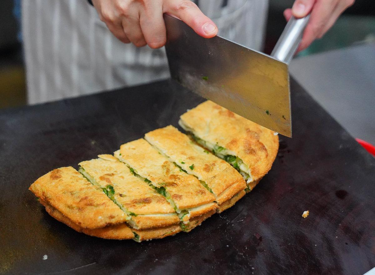 [高雄鼓山美食]眷村老爸蔥油餅-銅板價大份量~滿滿蔥花彈牙蔥油餅 @美食好芃友