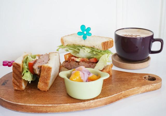 [高雄]溫暖手作平價早午餐.LE CREUSET 迷不可錯過-Le fleur Cafe' 花兒咖啡館 @美食好芃友