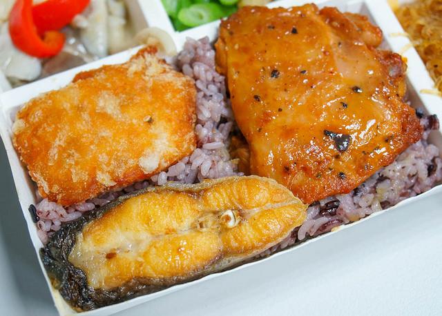 [高雄]低油健康蔬菜多!銅板價三肉類主菜美味便當-盛宴便當(高雄分店) @美食好芃友
