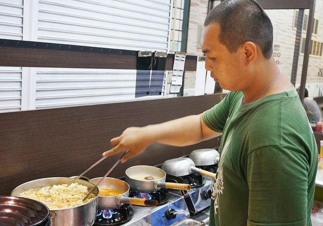 [高雄]好湯頭澎湃配料鍋燒麵!創意綠咖哩X韓式泡菜湯底-大熊創意鍋燒 @美食好芃友