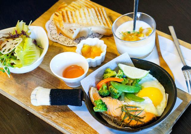 [高雄]150元C/P值超高鐵鍋拼盤早午餐!甜甜圈也好划算-RICO 2 @美食好芃友
