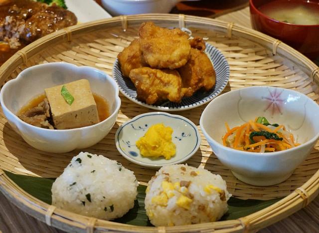 [高鐵左營站美食]開動了日本家庭料理-家庭和風味!笑臉飯糰定食X極致唐揚雞肉 @美食好芃友