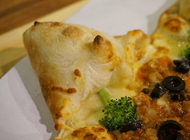 [高雄]平價X創意造型好吃pizza-Pizza Factory披薩工廠(高雄左營店) @美食好芃友